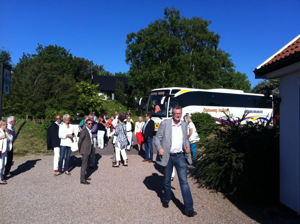 Bussen kommer med första dagens gäster.
