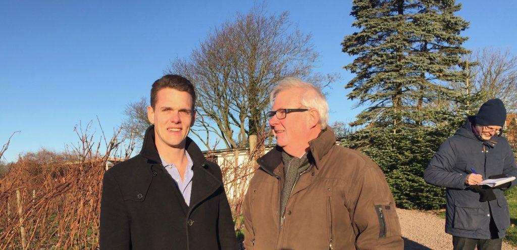 Christoffer Fjellner och C-M diskuterade hur gårdsförsäljning av vin kan bli möjligt även i Sverige.